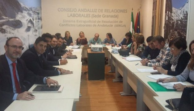 Patronal y sindicatos alcanzan un acuerdo para el Convenio de Limpieza de Hospitales de Granada, y paralizan la huelga
