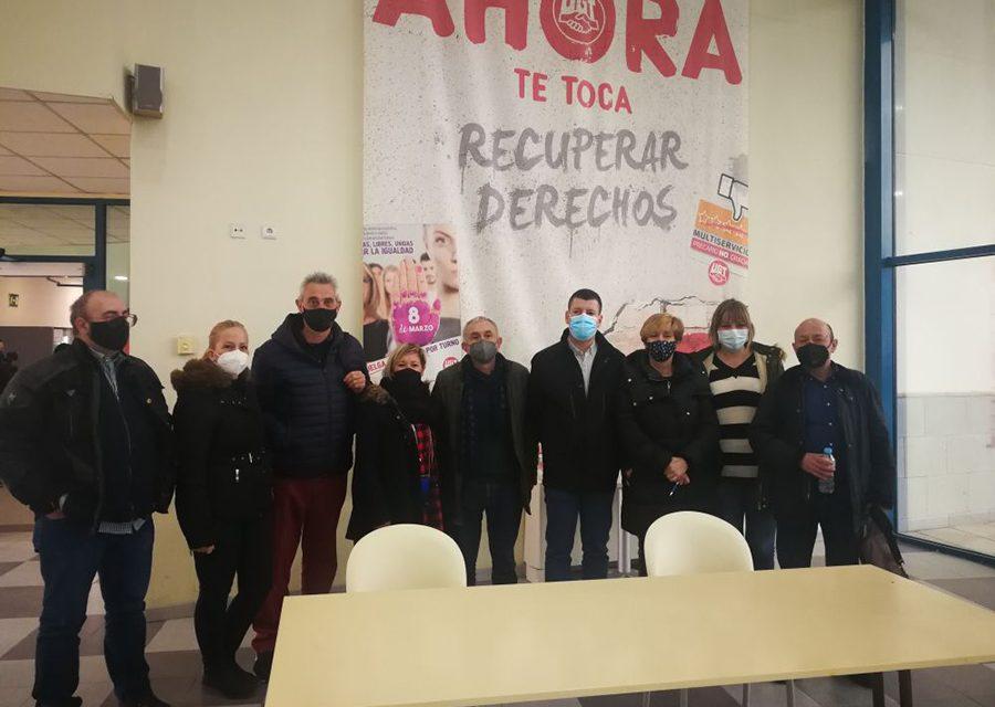 Pepe Álvarez con las representantes de limpieza de UGT en los centros sanitarios públicos de Zaragoza